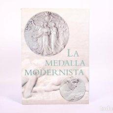 Libros de segunda mano: LIBRO - LA MEDALLA MODERNISTA - JAVIER GIMENO - MNAC - AÑO 2001. Lote 267070094