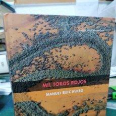 Libros de segunda mano: MIL TOROS ROJOS. MANUEL RUIZ HUESO. Lote 276453408