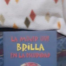 Livros em segunda mão: LA MUJER QUE BRILLA EN LA OSCURIDAD. ELENA AVILA. Lote 276958483