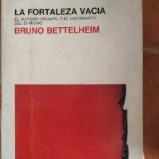 Libros de segunda mano: LA FORTALEZA VACÍA, DE BRUNO BETTELHEIM AÑO 1967. Lote 283924648