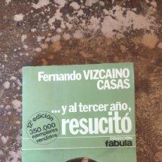 Libros de segunda mano: ...Y AL TERCER AÑO, RESUCITO (FERNANDO VIZCAINO CASAS) (COLECCION FABULA). Lote 288160103