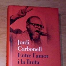 Libros de segunda mano: JORDI CARBONELL - ENTRE L'AMOR I LA LLUITA - PROA, 2010. Lote 289624298