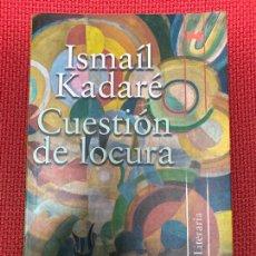 Libros de segunda mano: CUESTIÓN DE LOCURA. ISMAÍL KADARÉ. ALIANZA, 2008.. Lote 295990118