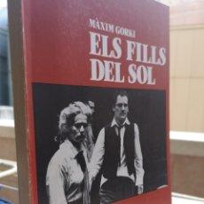 Libros: MÀXIM GORKI. ELS FILLS DEL SOL. TRAD. RICARD SANVICENTE I MONTSERRAT ROIG. COL. TEATRE LLIURE, 1984.. Lote 236734980