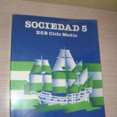 Libros de segunda mano: SOCIEDAD 5º EGB CICLO MEDIO EDITORIAL SANTILLANA AÑO 1985. Lote 31194909