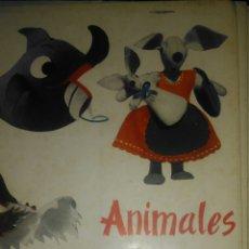 Libros de segunda mano: ANIMALES DE TRAPO. CON PATRONES. COLECCIÓN ESCUELA DE HOGAR. EDITORIAL ALMENA. SECCIÓN FEMENINA. 196. Lote 104896802