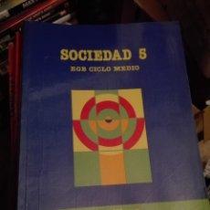 Libros de segunda mano: LIBRO SANTILLANA EGB AÑOS 80 / SOCIEDAD 5. Lote 110195811