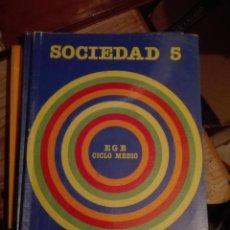 Libros de segunda mano: LIBRO SANTILLANA EGB AÑOS 80 / SOCIEDAD 5. Lote 110196883