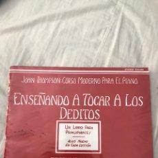 Livres d'occasion: ENSEÑANDO A TOCAR A LOS DEDITOS JOHN THOMPSON: CURSO MODERNO PARA EL PIANO. Lote 227962090