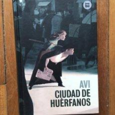 Libros: AVI - CIUDAD DE HUÉRFANOS. Lote 275118233