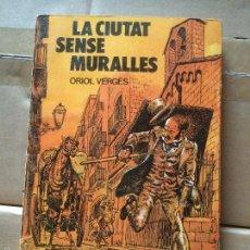 Libros: ANTIGUO LIBRO LA CIUTAT SENSE MURALLES ESCRITO POR ORIOL VERGES AÑO 1978 EDIT. GRUMETS DE LA GALERA. Lote 58298716