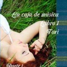 Libros: LA CAJA DE MUSICA LIBRO 1 TORI PARTE 1 ALGO DENTRO DEL BOSQUE (EN ESPAÑOL Y ESCOCÉS). Lote 140489870