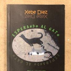 Libros: ESPERANDO AL GATO. XEBE DIEZ. DIVERTIMENTOS (GREGUERÍAS, RETRUÉCANOS,...) DEDICADO. Lote 170545346