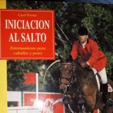 Libros: INICIACIÓN AL SALTO. ENTRENAMIENTO PARA CABALLOS Y PONIS CAROL FOSTER POSICIÓN EQUIPO PROBLEMAS OBST. Lote 175518200