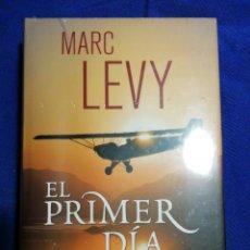 Libros: NUEVO EN EL PLÁSTICO!! EL PRIMER DÍA. MARC LEVY. TAPA DURA. Lote 180860378