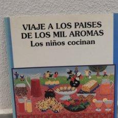 Libros: LIBRO VIAJE A LOS PAISES DE LOS MIL AROMAS - LOS NIÑOS COCINAN - MANOS UNIDAD. Lote 181990955