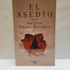 Libros: EL ASEDIO DE ARTURO PÉREZ REVERTE. PRIMERA EDICIÓN. NUEVO.. Lote 275966683