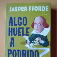 Libros: ALGO HUELE A PODRIDO. UNA AVENTURA DE THURSDAY NEXT... CO-PROTAGONIZADA POR HAMLET, PRÍNCIPE DE DINA. Lote 288888663