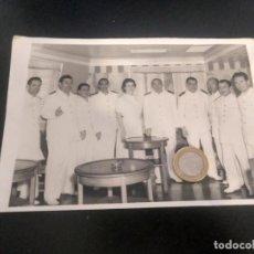 Líneas de navegación: FOTO ANTIGUA. TRIPULACIÓN DEL MONTE UMBE. NAVIERA AZNAR. DÉCADA 1960. Lote 193883123
