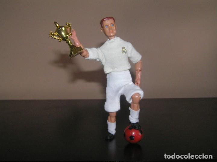 Madelman: Madelman MDE serie futbol. Jugador Real Madrid. Cristiano Ronaldo con trofeo y balon - Foto 2 - 136109138