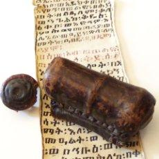 Manuscritos antiguos: KITAB. MUY ANTIGUO AMULETO AFRICANO EN PERGAMINO CON PORTADOCUMENTO EN PIEL. Lote 177793810