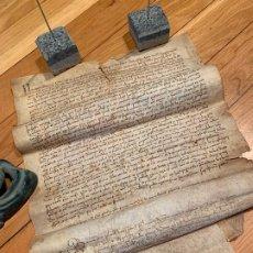 Manuscritos antiguos: MUY ANTIGUO PERGAMINO, EN PIEL. INTERESANTES FIRMAS Y CAPITULAR. MIDE APROX36X27CMS. Lote 188452352