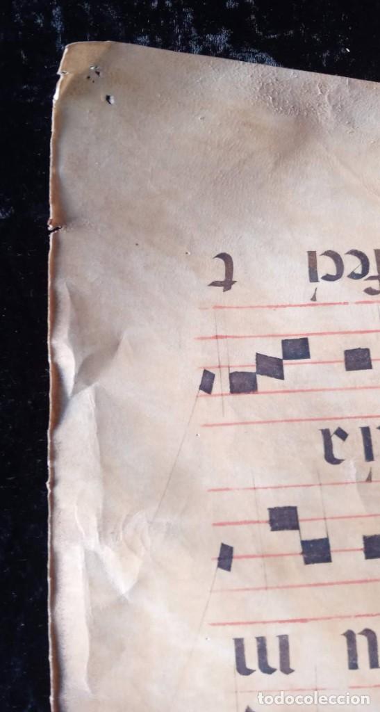 Manuscritos antiguos: HOJA CANTORAL PERGAMINO - PARTITURA MUSICAL - 3 COLORES - DOBLE CARA - GRAN FORMATO - 56x40cm - Foto 10 - 217173225