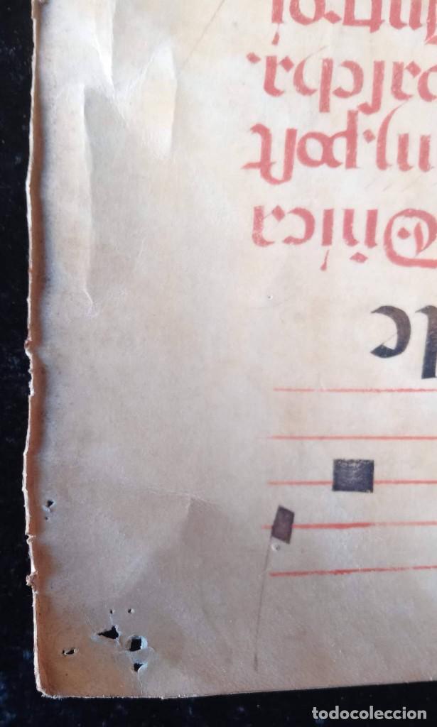 Manuscritos antiguos: HOJA CANTORAL PERGAMINO - PARTITURA MUSICAL - 3 COLORES - DOBLE CARA - GRAN FORMATO - 56x40cm - Foto 11 - 217173225