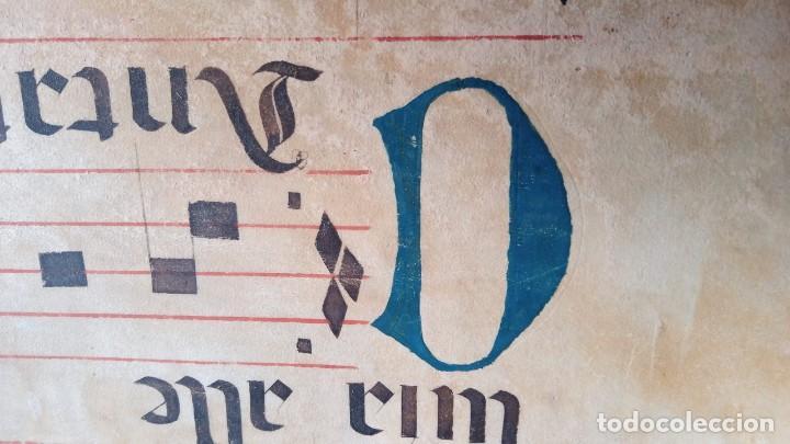 Manuscritos antiguos: HOJA CANTORAL PERGAMINO - PARTITURA MUSICAL - 3 COLORES - DOBLE CARA - GRAN FORMATO - 56x40cm - Foto 16 - 217173225