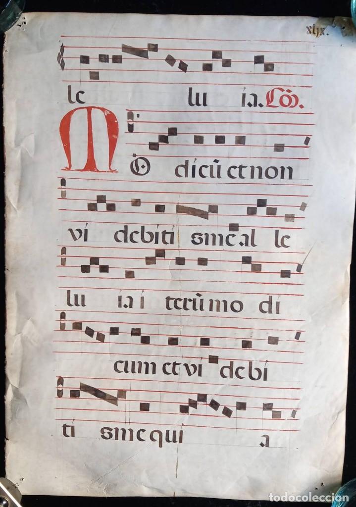 Manuscritos antiguos: HOJA CANTORAL PERGAMINO - PARTITURA MUSICAL - 3 COLORES - DOBLE CARA - GRAN FORMATO - 56x40cm - Foto 2 - 217173225