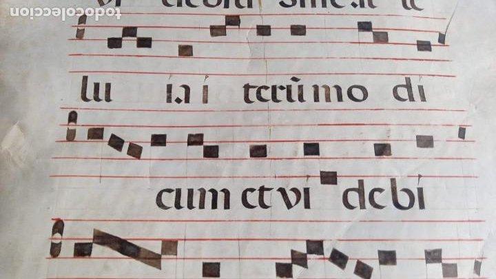 Manuscritos antiguos: HOJA CANTORAL PERGAMINO - PARTITURA MUSICAL - 3 COLORES - DOBLE CARA - GRAN FORMATO - 56x40cm - Foto 14 - 217173225