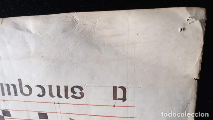 Manuscritos antiguos: HOJA CANTORAL PERGAMINO - PARTITURA MUSICAL - 3 COLORES - DOBLE CARA - GRAN FORMATO - 56x40cm - Foto 18 - 217173225