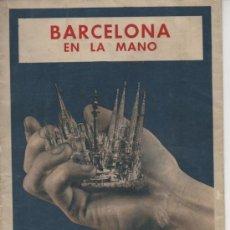 Mapas contemporáneos: BARCELONA EN LA MANO . PLANO DE LOS 60 DE LA CIUDAD CON SUS MONUMENTOS Y TRANSPORTES .64 X 44 CM. Lote 26141378