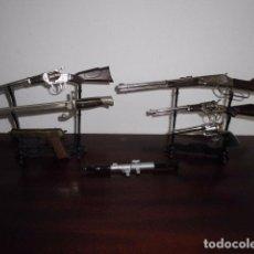 Maquetas: LOTE ARMAS EN MINIATURA, BAYONETA, ARMAS DE PITONES, REDONDO Y AVC, CON EXPOSITORES. Lote 95289407