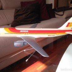 Maquetas: MAQUETA AVION AIRBUS A320 IBERIA, DE AGENCIA DE VIAJES, FABRICADA POR AIRPLAST, AÑOS 80.. Lote 71848931