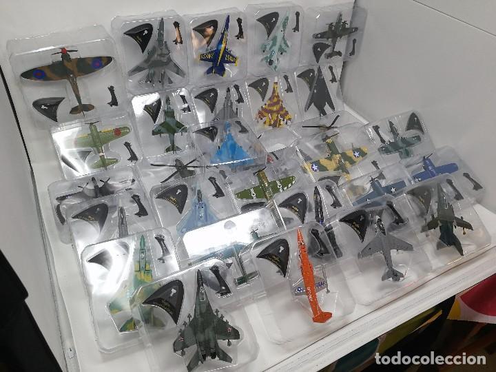 Maquetas: Colección aviones de combate, 29 aviones maisto nuevos en blister, libro fichas y mueble expositor - Foto 2 - 105444487