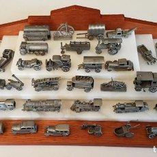 Maquetas: LOTE 40 COCHES TRENES Y OTROS EN PLOMO 3 A 5,5 CM CON EXPOSITOR EN MADERA Y MARMOL. Lote 150642246