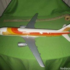 Maquetas: ANTIGUO AVIÓN AIRBUS 320 AIRPLAST MILANO ESCALA 1:100 PUBLICIDAD DE AGENCIA DE VIAJES LEER DESCRIPCI. Lote 171306093