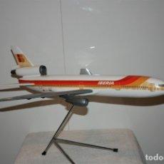 Maquetas: MAQUETA AVION DC-10 IBERIA, DE AGENCIA DE VIAJES, FABRICADA POR AIRPLAST, AÑOS 80.. Lote 172590513