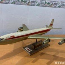 Maquetas: ANTIGUA MAQUETA AVION BOIENG 707 PUBLICIDAD TWA PETER V. VELSON ENGLAND AÑOS 50-60. Lote 191478641