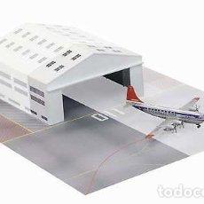 Maquettes: DIORAMA ENSAMBLADO DE UN BOING 377 STRATOCRUISER CON SU HANGAR Y PISTA DE MANIOBRAS. Lote 193308045