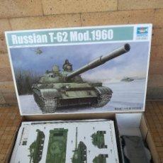 Macchiette: MAQUETA TANQUE RUSO T-62 MOD. 1960 RUSSIAN TANK. TRUMPETER 1/35 SCALE. Lote 225215143