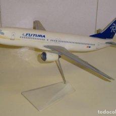 Maquetas: GRAN AVIÓN MAQUETA DE SOBREMESA. BOEING 737 - 800. AEROLÍNEAS FUTURA ESPAÑA. 39CM.. Lote 244936250
