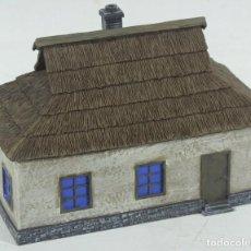Maquettes: MAQUETA CASA DE CAMPO, EN RESINA, ESCALA APROX. 1/72, MONTADA Y PINTADA. Lote 247622995