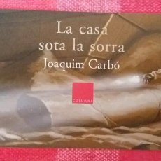 Coleccionismo Marcapáginas: MARCAPÁGINAS/PUNTO DE LIBRO-LA CASA SOTA LA SORRA-AUTOR JOQUIM CARBÓ-ED. COLUMNA. Lote 195462681