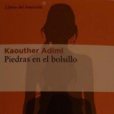 Coleccionismo Marcapáginas: MARCAPÁGINAS EDITORIAL LIBROS DEL ASTEROIDE. PIEDRAS EN EL BOLSILLO.KAOUTHER ADIMI.T POSTAL. Lote 244615990
