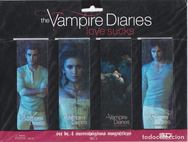 SET DE 4 MARCAPAGINAS AGNÉTICOS VASADOS EN LA PELICULA THE VAMPIRE DIARIES LOVE SUCKS (Coleccionismo - Marcapáginas)