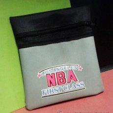 Coleccionismo deportivo: MINI BOLSA - NBA / LOS ANGELES / FIRST CLASS - TELA LONA CON CREMALLERA Y DEPARTAMENTO - AÑOS 70/80. Lote 28657636