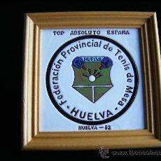 Coleccionismo deportivo: CUADRO AZULEJO ESCUDO FEDERACIÓN PROVINCIAL TENIS DE MESA, HUELVA 1992, TOP ABSOLUTO, 25X25CM, FOTOS. Lote 35000401