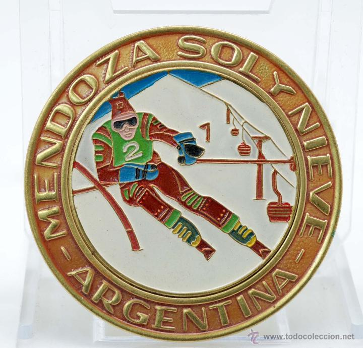 CHAPA ESMALTE MENDOZA SOL Y NIEVE ARGENTINA AÑOS 40 50 (Coleccionismo Deportivo - Merchandising y Mascotas - Otros deportes)